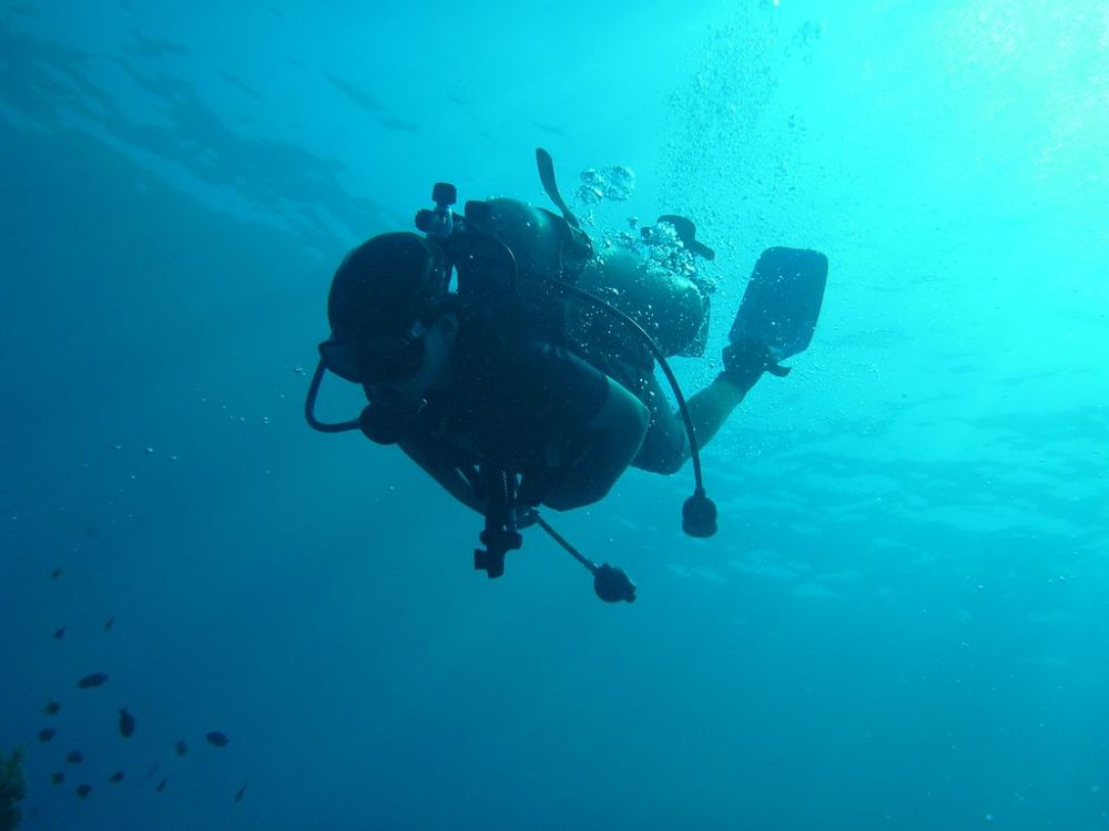 https://commons.wikimedia.org/wiki/File:Christoph_Wolff,_12_years,_scubadiving_at_Crystal_Bat,_Nusa_Penida,_Indonesia.JPG