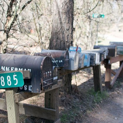 https://upload.wikimedia.org/wikipedia/commons/thumb/f/ff/Mailboxes_in_Greeley_Hill%2C_California.jpg/1024px-Mailboxes_in_Greeley_Hill%2C_California.jpg