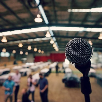 https://commons.wikimedia.org/wiki/File:Microphone_in_hall.jpg